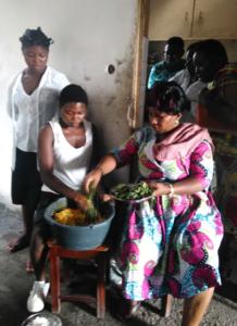 Die Leiterin des HUPJEFI-Zentrums in Bonaberi kocht mit einigen Mädchen
